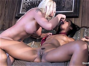 Leya shows flesh how to please a gal