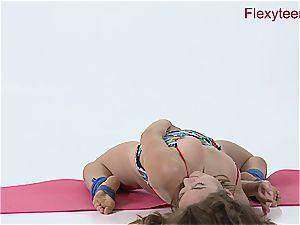 supple babe Anka demonstrates nude gymnastics